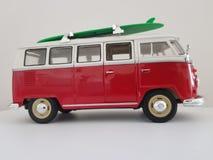Camper rossi e bianchi del classico miniatura di Volkswagen fotografia stock libera da diritti