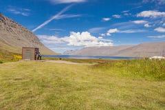 Camper sous la cascade à écriture ligne par ligne de Dynjandi - Islande. Photos stock