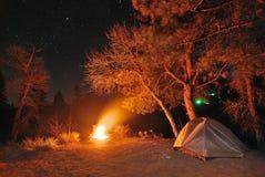 Camper sous les étoiles Photo libre de droits