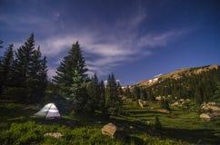 Camper sous les étoiles Photographie stock libre de droits