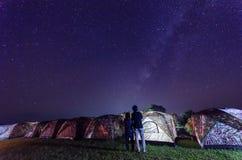Camper sous les étoiles et manière laiteuse la nuit à Nan Thaïlande Photo stock