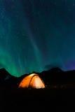 Camper sous les lumières du nord Image libre de droits
