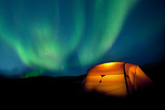 Camper sous les lumières du nord Images stock