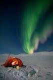 Camper sous les lumières nordiques Image stock