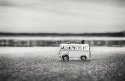 Camper-Spielzeug mit surfenden Brettern auf Strand lizenzfreies stockfoto