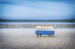 Camper-Spielzeug mit surfenden Brettern auf Strand stockfoto