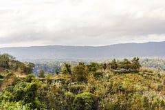Camper sur la colline avec le fond de ciel de nuages Photo stock