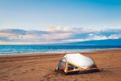 Camper sur la plage images libres de droits
