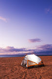 Camper sur la plage photo stock