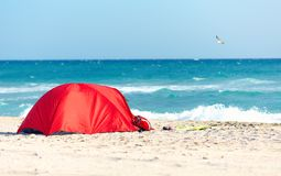 Camper sur la plage sablonneuse photo libre de droits