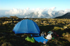 Camper sur le dessus des montagnes photos stock