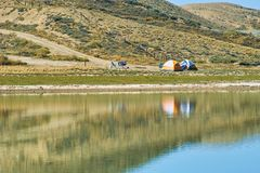 Camper sur le lac Photos stock