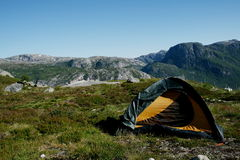 Camper sur le terrain accidenté Image stock