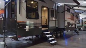 Camper Toy Haulers RV im Ausstellungsraum lizenzfreies stockfoto