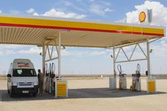 Apollo camper van at a Shell gas station in the Outback, Australia Stock Photography