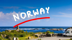 Camperauto auf Küste von Norwegen mit Meerblick Stockfotografie
