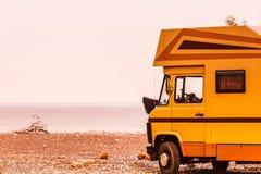 Camperauto auf Strand Reise lizenzfreie stockfotografie