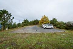 Campervan и motorhome располагаясь лагерем на дождливый день в стоянке природы стоковая фотография rf
