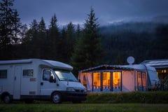 Campervan e toldo no austríaco que acampa na noite Fotos de Stock Royalty Free