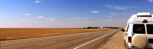 Campervan em uma estrada larga Imagens de Stock