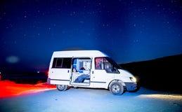 Campervan in mooi strand in Portugal Europa wordt geparkeerd dat stock foto's