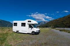 Campervan op een parkeerplaats Royalty-vrije Stock Foto's
