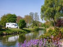 Campervan rv bij het Beierse kamperen royalty-vrije stock afbeelding
