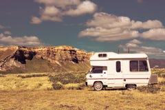 Campervan som reser nyazeeländskt landskap royaltyfri foto