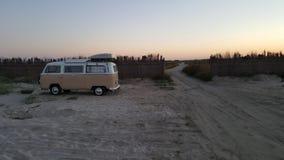Campervan su una spiaggia Immagini Stock