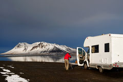 Campervan till och med Island vägar Royaltyfri Foto