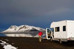 Campervan tramite le strade dell'Islanda Fotografia Stock Libera da Diritti