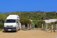 Campervan à un camping sauvage gratuit dans les dunes, Munglinup, Australie Photographie stock