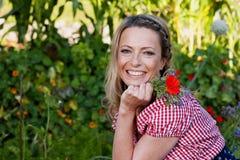 Campesina hermosa con la flor en su jardín Fotografía de archivo