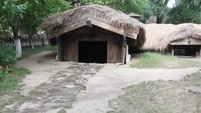 Campesino de la cabaña enterrado en la tierra almacen de metraje de vídeo