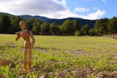 Campesino en un campo con el rastrillo Imagenes de archivo