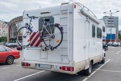 Campeur avec la bicyclette dans la ville Photos stock