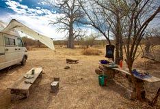 Campeur dans le terrain de camping Photos libres de droits