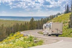 Campeur entraînant une réduction la route dans la belle campagne parmi le pin photos stock