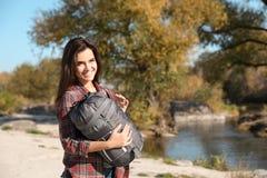 Campeur femelle avec le sac de couchage près de l'étang photos libres de droits