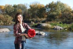 Campeur femelle avec le sac de couchage près de l'étang image stock