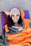Campeur femelle se situant dans le sac de couchage sur le sable image libre de droits