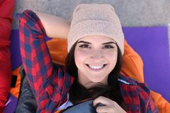 Campeur femelle se situant dans le sac de couchage sur le tapis photos libres de droits