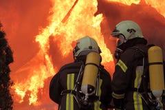 Campeur, incendie de véhicule. Photo stock