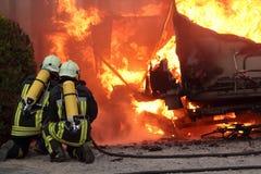 Campeur, incendie de véhicule. Photos stock