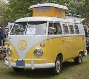 Campeur jaune 1966 et blanc de VW à pleine vue Photographie stock