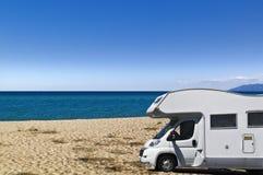 Campeur sur la plage images stock