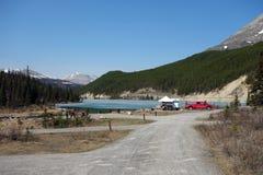 Campeurs au lac de sommet pendant le printemps Images stock