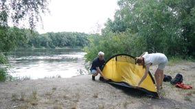 Campeurs de père et de fille mettant vers le haut de la tente Tourisme vert, augmentant Concept heureux de voyages banque de vidéos