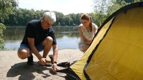Campeurs mettant vers le haut de la tente Concept heureux de voyages, tourisme vert, augmentant Grand travail d'?quipe clips vidéos