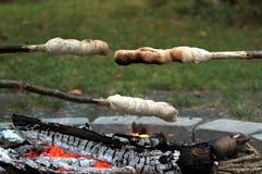 Campfire- och twistbrödbakning royaltyfria foton